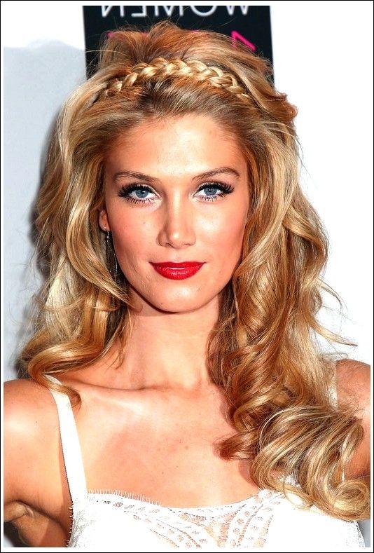 Beauty Queen Blonde Loose Spiralen & Geflochtenes Tiara: Die Frisuren von Delta Goodrem