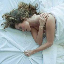 Errori da evitare Dormire su un materasso duro non fa bene alla schiena, come in molti ancora credono. La regola per scegliere bene? Provare prima dell'acquisto. Va bene se quando ci si corica il materasso segue le curvature del corpo senza che si creino affossamenti.  Mettersi a letto durante le crisi La paura di soffrire porta spesso a stare il più possibile fermi. Niente di più sbagliato. È invece il movimento che accelera la guarigione, dato che stimola la produzione di alcune sostanze…