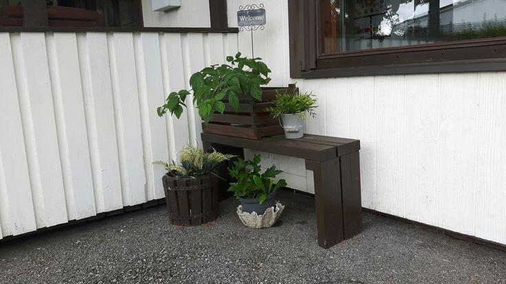 Diy bench, outdoor decor, welcome sign, tervetuloa kyltti, lattialistoista puulaatikko, vadelma