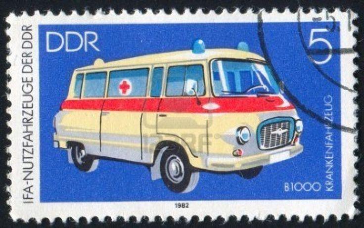 Alemania - alrededor de 1982: Sello impreso por Alemania, muestra la ambulancia, alrededor de 1982 Foto de archivo - 8824220