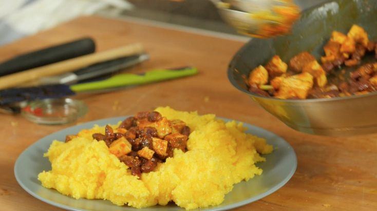 Polenta integrale con spezzatino di fagioli e tofu