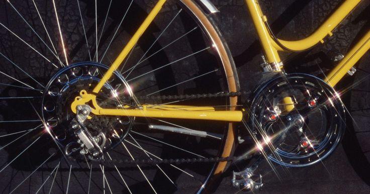 Cómo sujetar y liberar los pies de los pedales de una bicicleta Shimano . Los pedales Shimano SPD-style, ya sean de un modelo de alta gama Dura-Ace o del 540 a precio de ganga, todos funcionan relativamente igual. Usando una cala de tres puntos que se adjunta a la zapatilla, el ciclista es capaz de sujetar el pie al pedal, lo cual resulta en una transferencia más eficiente de la potencia de sus piernas a las bielas de ...