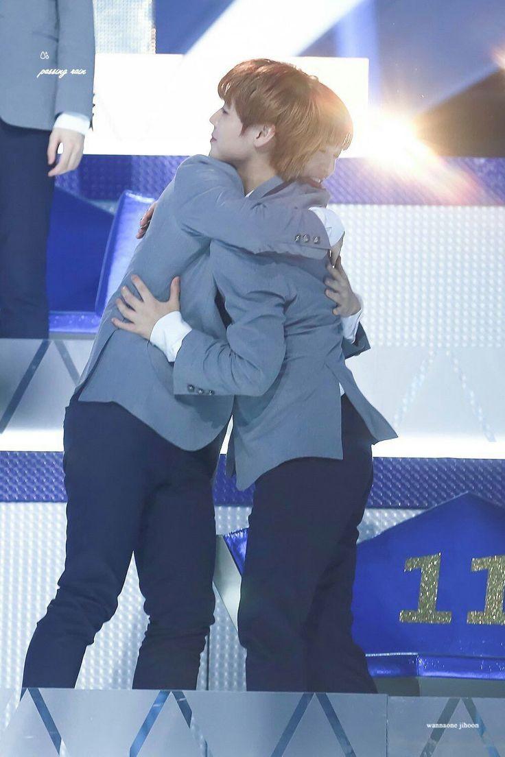 Bae JinYoung hug Park JiHoon cr : twitter #Bae JinYoung #Produce101 #Season2 #101Boys #WannaOne #Wannable #DeepDark #YesGood #FinalStage #WinkDeep
