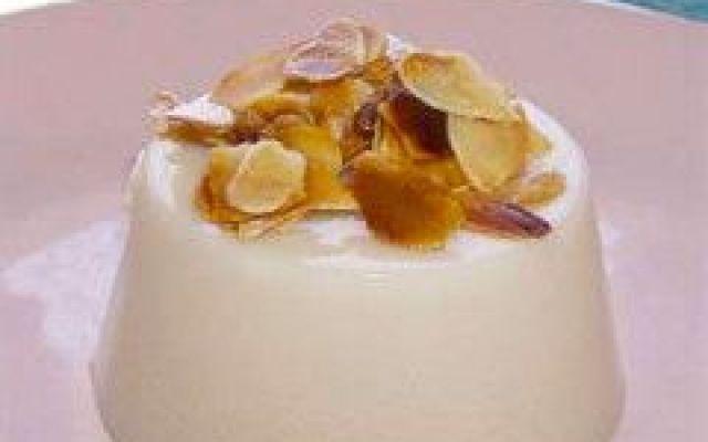ricetta fresca... Biancomangiare... Il biancomangiare è un dolce tipico della Campania...è molto antica come ricetta e risale ai fondatori greci della città di Napoli!!! Poi attraverso gli arabi si diffuse anche in Sicilia, divenendo c #ricette #dolci #biancomangiare