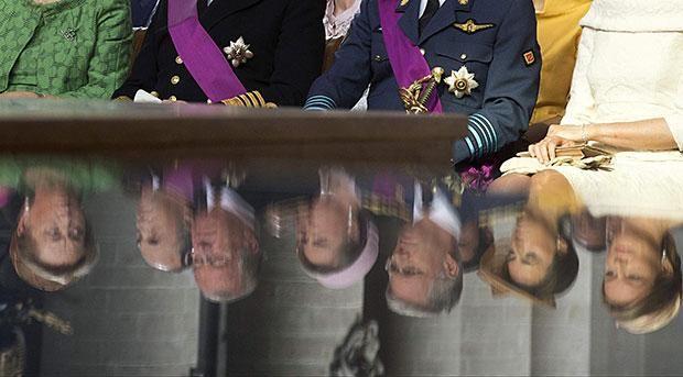 Riflessi reali - Un'insolita immagine della regina Paola del Belgio, re Alberto II del Belgio, il principe ereditario Filippo del Belgio e la principessa Mathilde del Belgio durante il tradizionale la messa in  Cattedrale (EPA/Doppagne)
