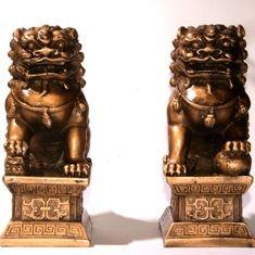 De leeuw is verbonden met energie en dapperheid. Stenen leeuwen zijn vaak gelegen aan de toegangspoort tot de tempels. Ze worden gezien als verdedigers van belangrijke woningen en openbare plaatsen, met name tegen boze geesten. Boeddhisme - de leeuw - een heilig dier, en de Chinese vaak voor feestelijke gelegenheden dansen op luide muziek een speciale Leeuwendans, die demonen weg schrikt en veel geluk aantrekt. Leeuw: een teken van moed, kracht, vriendelijkheid, vrijgevigheid, woede.