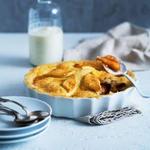 Härligt och enkelt recept på äppelpaj. En riktig sensommardessert där en söt och knäckig smuldeg gömmer en god blandning av äpple, kanel och daim.