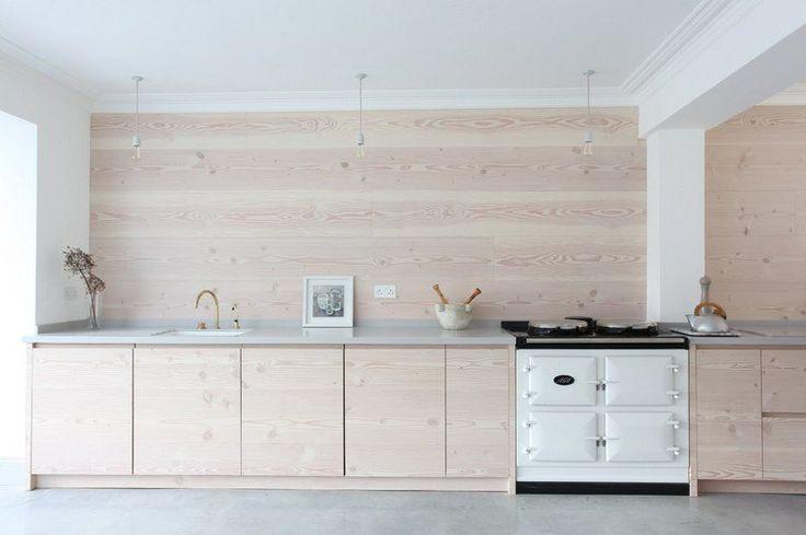 crédence de cuisine en bois clair, armoires basses assorties et four design en…