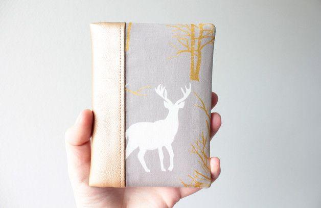 Reisen Sie in Art mit dieser robusten Paßabdeckung! Dieser Pass Abdeckung bietet zwei Fächer für 1 oder 2 Pässe, zwei Taschen für verschiedene Karten und andere Tasche für gefaltetes Papier oder...