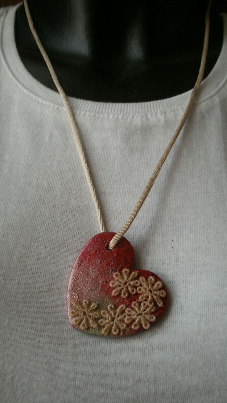 Un cuore con i fiori di merletto