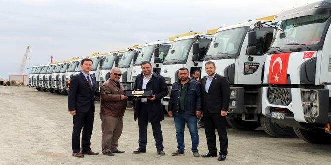 """1997 yılında kurulan ve bugüne kadar İstanbul'da önemli projelerin hayata geçirilmesinde pay sahibi olan Kuranlar İnşaat, araç filosunu 12 yeni Ford Trucks modeliyle genişletti. 12 adet Ford Trucks 4142D inşaat kamyonu, 3. Havalimanı'nın bağlantı yolları inşaatında kullanılacak. Araçlar düzenlenen plaket teslim töreniyle birlikte Kuranlar İnşaat'a teslim edildi. Kuranlar İnşaat'ın ortaklarından Yusuf Çebi yaptığı konuşmada """"Ford ..."""