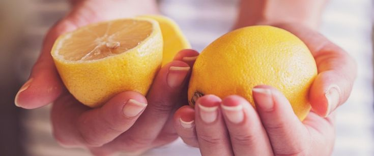 Boire un verre d'eau avec le jus d'un citron chaque matin avant le petit déjeuner serait un secret de minceur pour certaines personnes. Mais peut-on vraiment perdre des kilos en consommant cette boisson ?
