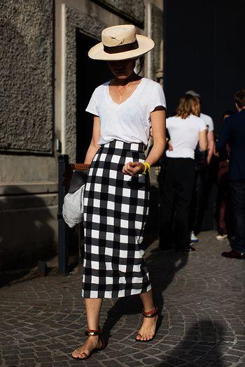 白Tシャツ+柄スカート+ブレスレット+ストローハット+クラッチバッグ こちらは海外のお手本コーデ。大柄のタイトスカートで大人の雰囲気を出しています。