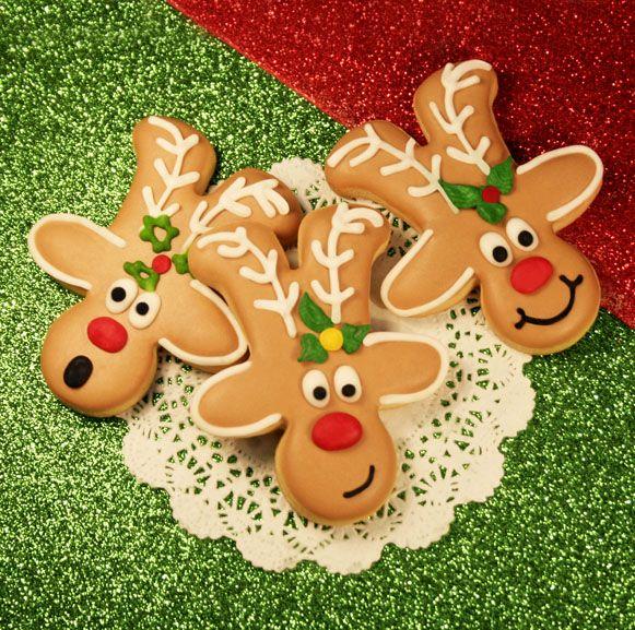 Galletas troqueladas y decoradas de reno navideño.