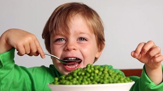Para muchos padres es casi una batalla hacer que sus hijos se alimenten saludablemente. Con tantos anuncios en la tv y en Internet de papas fritas, hamburguesas, helados, etc., resulta difícil lograr que un niño coma una banana o una manzana. Aun así, es imprescindible corregir malos hábitos alimenticios en niños....