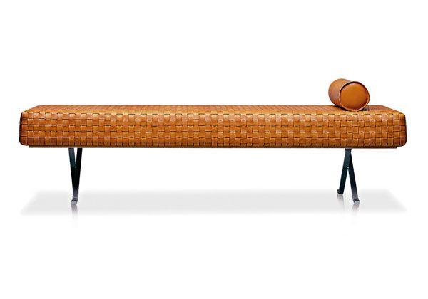 Day bed a cinte di cuoio intrecciato a mano, con poggiatesta coordinato, base in ferro. Linea Triangolo di ESTEL