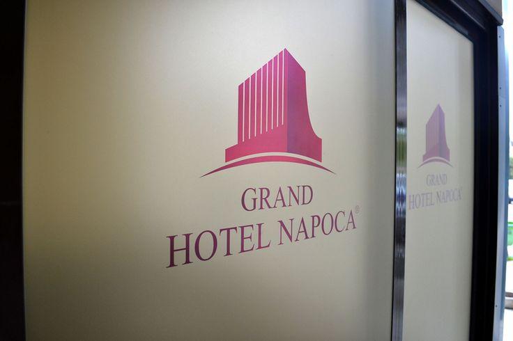 Usi personalizate cu folii de sablare la Grand Hotel Napoca