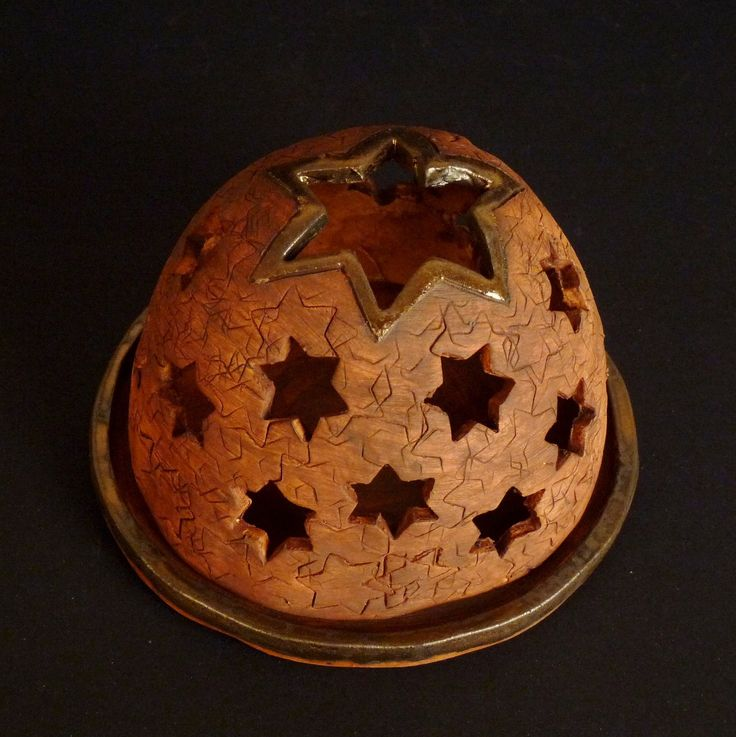 Noc plná hvězd-lampička Lampička je ze světlé hlíny, prořezávaná, patinovaná feprenema glazovaná zlatobronzovou glazurou. Je 10cm vysoká a má 13cm v průměru.