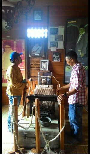 """many books and tools have a Prof. Dŕs. """"buya"""" hamka birth house he was in, the documentation when he was young"""