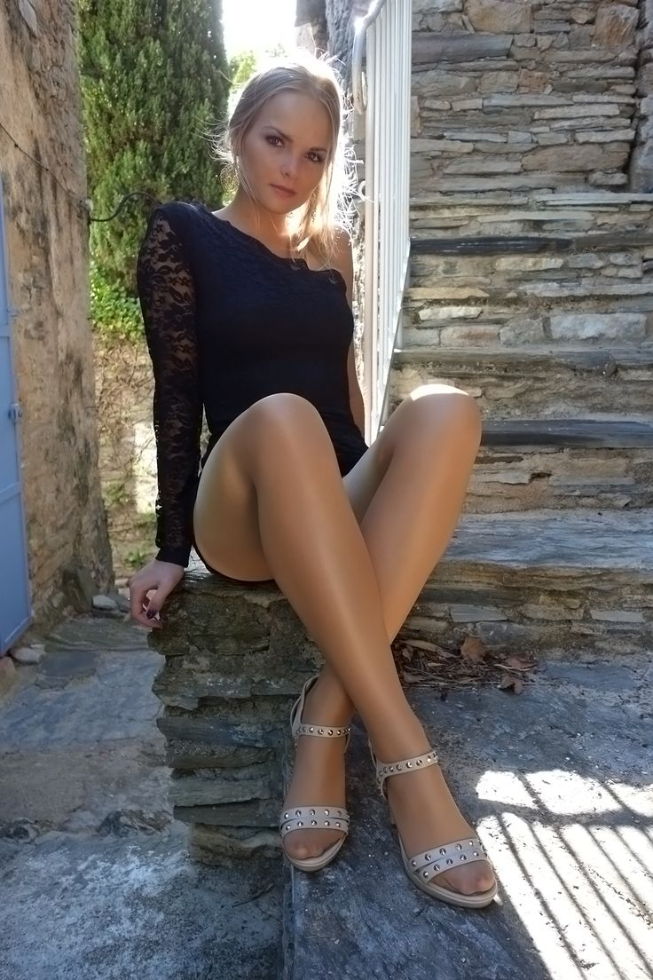 Love the girls and women in nylons and pantyhose muuuutooooooO shit