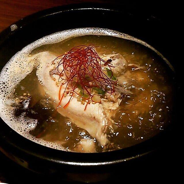 神奈川県 川崎市 川崎駅 シジャン 川崎アゼリア店  参鶏湯定食  グッツグツに煮立った状態で登場です。  鶏肉は骨からホロホロ外れる柔らかさで、ボリュームもありました。  スープも旨味がぎっしり詰まっていて美味しかったです。  #川崎ランチ #川崎市 #川崎駅 #川崎 #ランチ #lunch #kawasaki #シジャン #アゼリア #韓国 #韓国料理 #参鶏湯 #サムゲタン #スープ #アツアツ #熱い #石鍋 #土鍋 #鍋 #鶏肉 #鳥肉 #鶏 #鳥 #肉 #薬膳