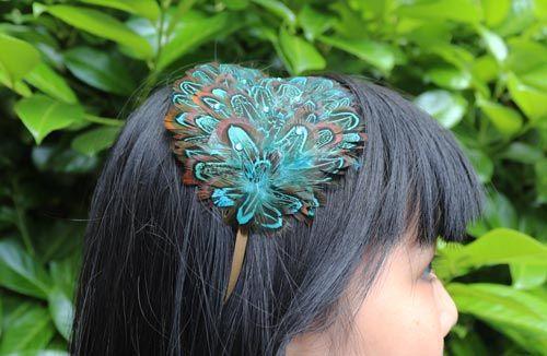 Hårbøjle med fjerpynt af blå fasan