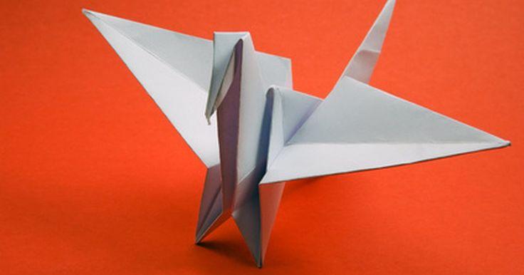 Cómo hacer figuras tridimensionales con papel. Una de las cosas más interesantes de origami, el arte japonés del plegado de papel, es cómo una hoja de papel puede expandirse y florecer en una forma tridimensional. El arte tiene la simplicidad de un rompecabezas fácil, pero cuestiona tanto la memoria como las puntas de los dedos. La grulla de papel es un proyecto popular debido a su relativa ...