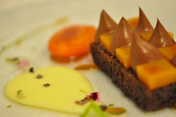Pane al cioccolato, olio extravergine d'oliva, albicocca alla fiamma.