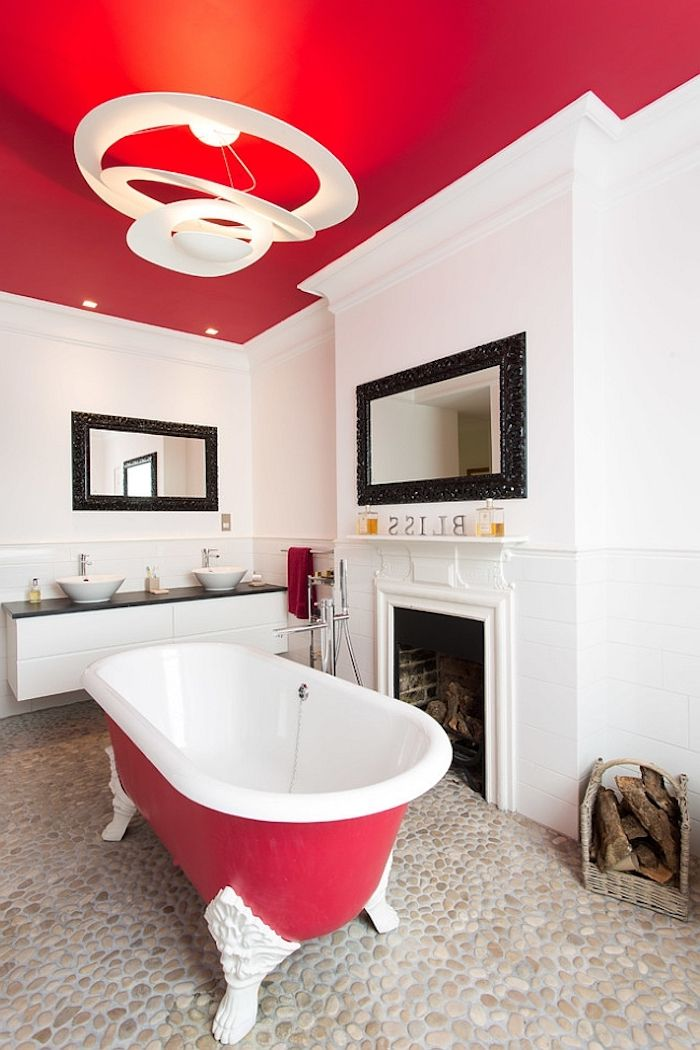 Badezimmer Mit Weißen Und Roten Wänden, Eine Kleine Rote Freistehende  Badewanne Im Badezimmer Mit Einem