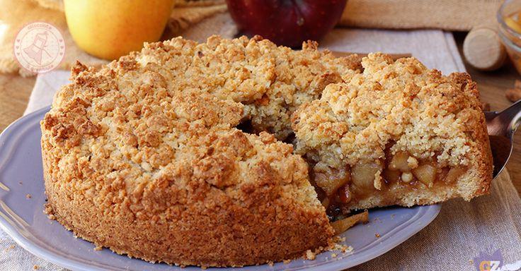 La sbriciolata di mele e cannella una torta golosa, semplice e profumatissima che si prepara facilmente. Perfetta per la merenda.