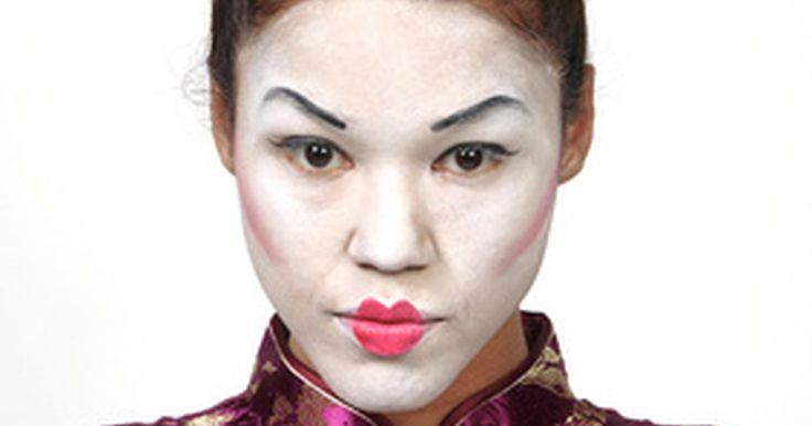 Como fazer olhos asiáticos para fantasias. Um formato de amêndoa é o ponto inicial para todos os olhos de todas as personagens asiáticas. Criar estes olhos dá autenticidade à fantasias básicas, como aquelas para artes marciais. Decorar olhos com glitter, cílios e cores, completa o visual teatral. De gueixas e Madame Butterfly até dançarinas do ventre, os olhos sempre são o foco principal ...