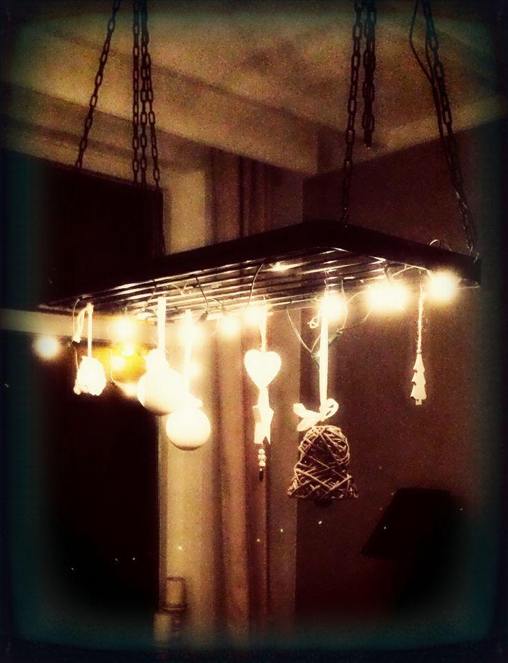 Oud wildrek boven de eettafel gehangen, en hierin de kerstlampjes