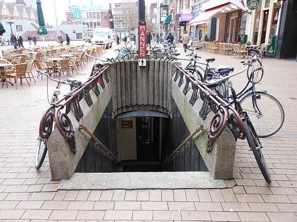 """De hereningang van """"De Ondergrondse"""", een toiletvoorziening op de Grote Markt in Groningen. Foto Harry Perton, maart 2012"""