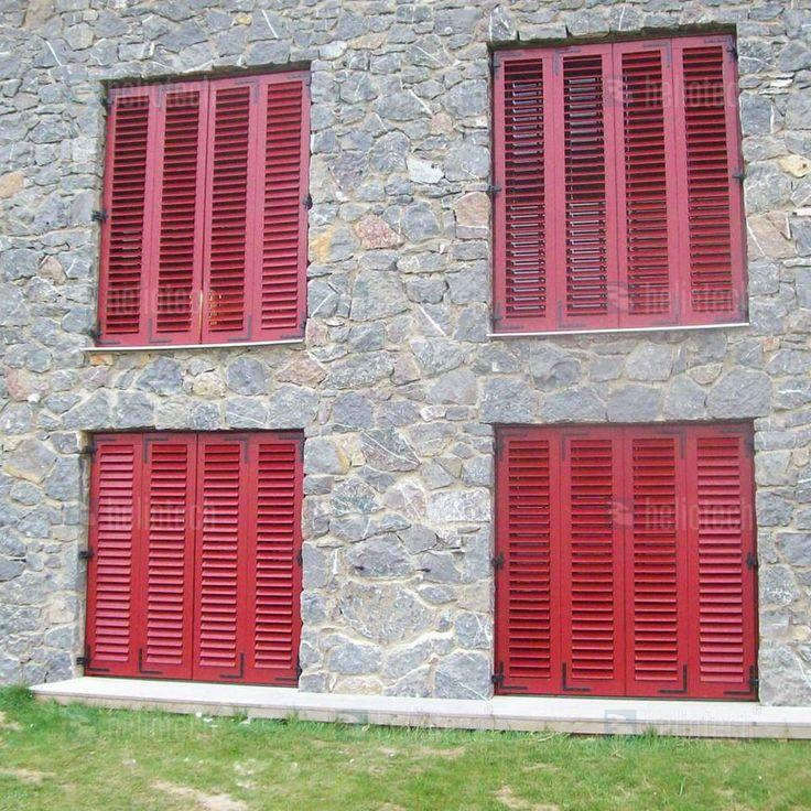 Zavřené, okenice vytváří příjemné stínění interiéru.