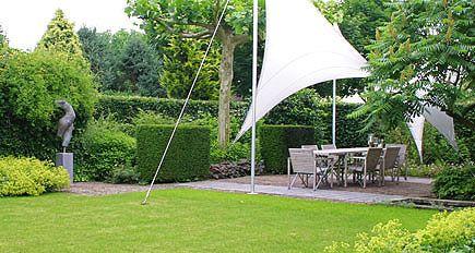 http://www.tuindesign-ten-horn.nl Tuinarchitect - tuinontwerp. Moderne-klassieke achtertuin met overkapping van zeildoek bij moderne woning in Limburg.