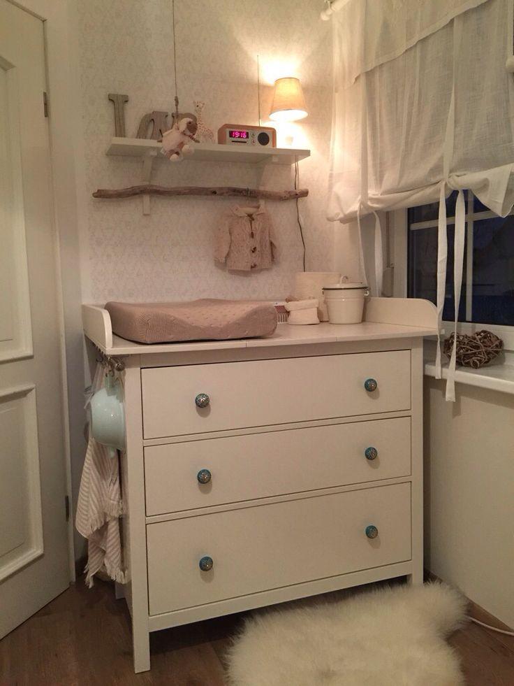 Hemmnes Kommode von Ikea umgebaut als Wickelkommode. Preiswert und praktisch. Die Knöpfe sind ausgetauscht, passend zum Farbkonzept des Kinderzimmers.