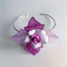 Mariage : bracelet fantaisie  parme et blanc avec fleur en pate fimo et lucite