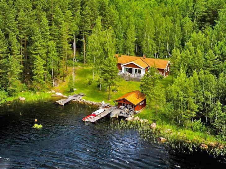 Lage Im Grenzbereich der Provinzen Småland und Östergötland, etwa 80 km nordöstlich von Jönköping und 5 km Luftlinie von Tranås entfernt, liegt dieses wunderschöne, moderne Ferienhaus in ungestörter Alleinlage mit eigener Boots- und Badebrücke auf einer Landzunge im großen See Sommen, der hervorragende Angelmöglichkeiten bietet. Die nächsten Einkaufsmöglichkeiten befin...
