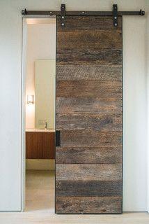 Une belle porte originale en bois de grange!