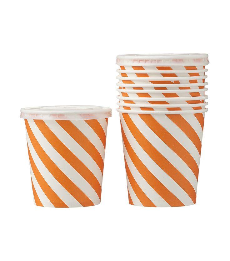 Dit 10-pak bekers met deksels met rietjesopening zijn niet alleen handig tijdens het feesten: je kan ze ook gebruiken om je eigen oranje smoothies of andere lekkere drankjes in te verkopen.