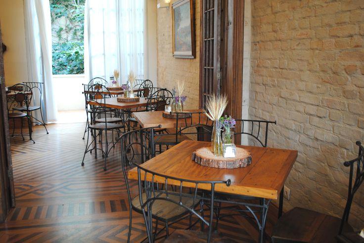 Centros de mesa para casamento rústico com lavanda e trigo em ambiente vintage