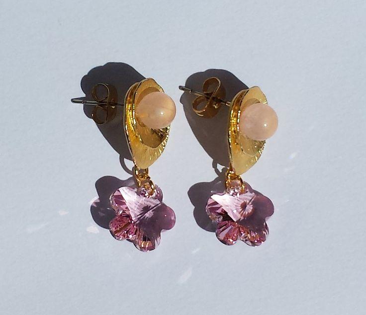 Orecchini in metallo dorato, quarzo rosa e cristalli Swarovski fiori rosa chiaro, by Barbara Creations, 15,00 € su misshobby.com