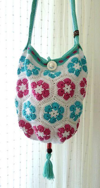Crochet - bag with african flowers! ༺✿ƬⱤღ http://www.pinterest.com/teretegui/✿༻
