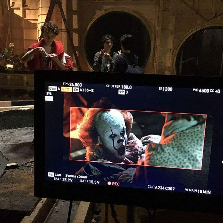 Here's a New Picture of Pennywise on the Set of Stephen King's IT - Dread Central