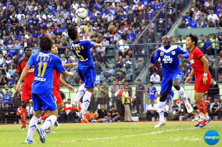 Persib vs Psps :  Maman Abdurahman makes a quick run to the near post off the back of Kenji Adhacihara.