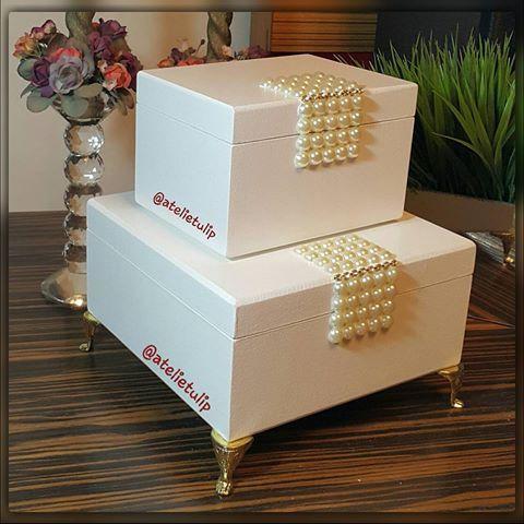 Um presente fino para uma pessoa especial. Conjunto de caixas com detalhes em pérolas, estrasses  e pés egípcios.  Tamanhos: 18×18×09cm e 14x10,5×09cm. Mais informações pelo wpp: 91-98827.3221 😉 #caixas #caixamdf #arte #artesanato #artesanatofino #decor #decoração #decoraçãodecasa #decoresuacasa #lojadedecoração #peçasexclusivas #peçasartesanais #peçasfinas #artesanatoembelém #presentedenatal #natalchegando #natal #caixascomrequinte #peçascomrequinte