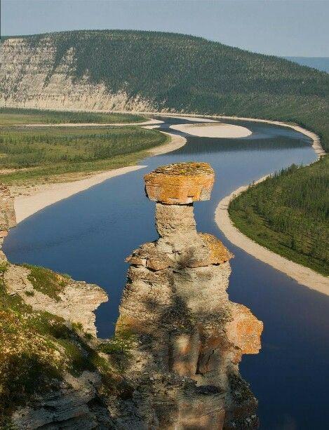 река Оленёк  Оленёк — река в России в Восточной Сибири, берёт начало на территории Красноярского края, затем течёт по Якутии. Судоходна на 92 км от устья. Протекает в северной части Среднесибирского плоскогорья и по Северо-Сибирской низменности.