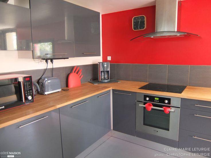 Cuisine design, fonctionnelle, qui optimise l'espace. Ambiance grise, métallique, avec un pan de mur rouge.