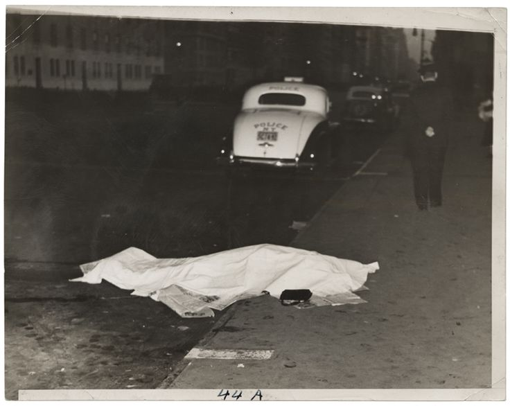 Weegee: Una ragazza salta da un'auto in corsa e viene uccisa, sulla Park Avenue, ca. 1938. Stampa alla gelatina d'argento © Weegee/International Center of Photography International Center of Photography