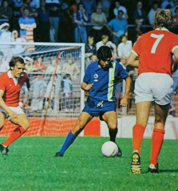 Charlton Ath 0 Cardiff City 2 in Aug 1976 at The Valley. Action from the opening day of the season in Division 2.